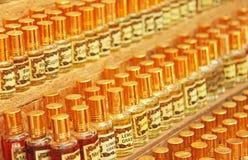 Parfum India Olieachtige Geesten India Vele flessen zijn op een rij binnen Stock Afbeeldingen