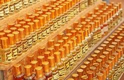 Parfum India Olieachtige Geesten India Vele flessen zijn op een rij in de marktbazaar van India, Goa stock foto