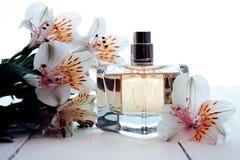 Parfum met bloemen stock fotografie
