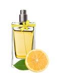 Parfum in mooie fles en citroenplak Royalty-vrije Stock Foto's