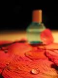 Parfum op Bloemblaadjes Stock Foto's