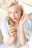 Parfum sensuel - parfum d'essai de femme sur son poignet. Image libre de droits