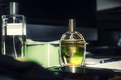 Parfum sur le bureau, clavier de fond, crayon, ordinateur, Photographie stock libre de droits