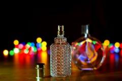 Parfum sur le fond de lumières de Noël photos stock