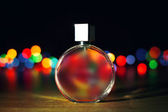 Parfum sur le fond de lumières de Noël photos libres de droits