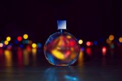 Parfum sur le fond de lumières de Noël photo libre de droits