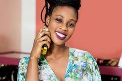 Parfumage de sourire de jeune femme image libre de droits