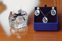 Parfume e gioielli Fotografia Stock Libera da Diritti