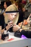Parfumerie internationale d'Intercharm XXI et exposition Autumn Moscow Chiropodist de cosmétiques au travail Image libre de droits