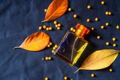 Parfumfles en Gouden Parfum op een zwarte achtergrond royalty-vrije stock afbeeldingen