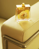 Parfumfles op Leunstoel Stock Fotografie
