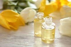 Parfumflessen en bloemen Stock Foto's