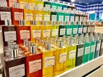 Parfumflessen in opslag Stock Fotografie