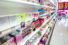 Parfums et cosmétiques sur les étagères à la pharmacie Images libres de droits