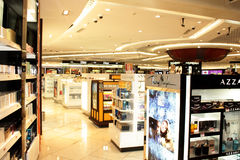 Parfums op vertoning en verkoop bij IGI Luchthaven Delhi Stock Afbeeldingen