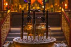 Parfymerad rökelse klibbar i den buddistiska templet av mannen Mo i Hong arkivbild