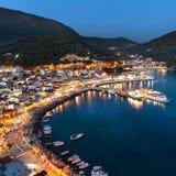 Parga希腊村庄在夜之前,希腊,爱奥尼亚人海岛光  免版税库存照片