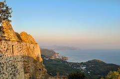 Parga海湾的全景在从阿里・帕夏・塔帕雷奈城堡的希腊在Anthousa村庄上位于 五颜六色的日落 免版税库存图片