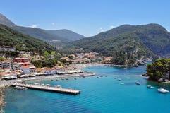 Parga镇全景在伊庇鲁斯同盟-希腊 端起, Krioneri海滩, Panagia海岛  免版税图库摄影