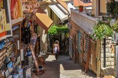 Parga,伊庇鲁斯同盟-希腊 狭窄的胡同在Parga镇,礼品店,纪念品 库存图片