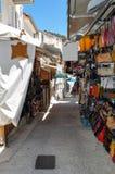 Parga,伊庇鲁斯同盟-希腊 狭窄的街道在Parga镇,礼品店,纪念品 免版税库存照片