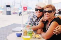 pargamla människor ståendepensionär två arkivbilder