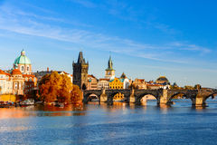 Pargue, άποψη του μικρότερου πύργου γεφυρών και γέφυρα του Charles (Karluv πιό πολύ), Δημοκρατία της Τσεχίας Στοκ Εικόνα