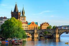 Pargue, άποψη του μικρότερου πύργου γεφυρών και γέφυρα του Charles (Karluv πιό πολύ), Δημοκρατία της Τσεχίας Στοκ Φωτογραφίες