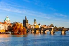 Pargue, взгляд меньших башни моста и Карлова моста (Karluv больше всего), чехии Стоковое Изображение