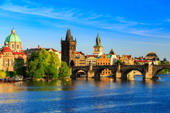 Pargue sikt av Lesser Bridge Tower och Charles Bridge (Karluv mest), Tjeckien Royaltyfri Fotografi