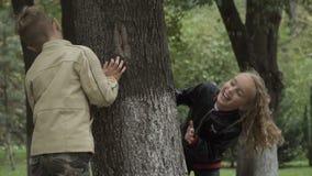 Pari dei bambini dal grande albero stock footage