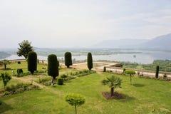 Pari Mahal Mughal trädgård med Dal sjön, Srinagar Royaltyfria Bilder