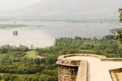 Pari Mahal Mughal trädgård med Dal sjön, Srinagar Royaltyfri Foto