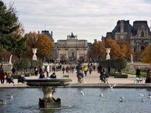 Parigi - Триумфальная Арка от грандиозного Bassin Rond Стоковая Фотография RF