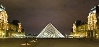 PARIGI - 20 MARZO: La piramide della feritoia lucida alla notte Fotografie Stock