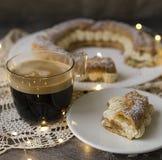 Parigi Brest, dessert francese classico consistere dell'anello al forno di chou, riempito di crema molle della nocciola sulla tav fotografia stock libera da diritti