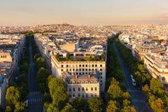 Parigi centrale, nella sera, in viali Hoch ed in de Friedland Fotografia Stock Libera da Diritti