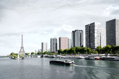Parigi, chiatta sulla Senna e torre Eiffel Fotografia Stock Libera da Diritti