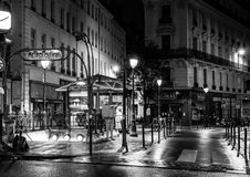 Parigi di notte: septembre di station du quatre su una notte piovosa fredda fotografie stock