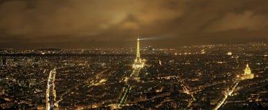 Parigi, Eiffel e vie Illuminated su una notte nuvolosa Immagini Stock Libere da Diritti