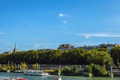 PARIGI, FRANCIA - 28 AGOSTO 2015: Barca moderna di trasporto su Siena nell'estate Parigi - la Francia Immagine Stock