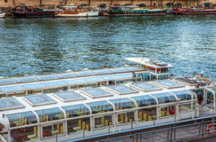 PARIGI, FRANCIA - 28 AGOSTO 2015: Barca moderna di trasporto su Siena nell'estate Parigi - la Francia Immagine Stock Libera da Diritti