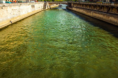 PARIGI, FRANCIA - 28 AGOSTO 2015: Barca moderna di trasporto su Siena nell'estate Parigi - la Francia Fotografia Stock Libera da Diritti