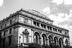 PARIGI, FRANCIA - 30 AGOSTO 2015: Foto bianca nero della costruzione municipale a Parigi, Francia Immagine Stock