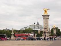 Parigi, Francia 7 agosto 2009: Giri rossi turistici dell'autobus a due piani tramite le vie di Parigi che presentano i turisti a fotografia stock libera da diritti