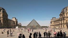 Parigi, Francia - 21 agosto 2018: Timelapse delle piramidi e della costruzione del museo del Louvre a Parigi di estate video d archivio
