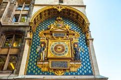 PARIGI, FRANCIA - 30 AGOSTO 2015: Vecchio orologio dorato della città su una parete parigi Immagine Stock Libera da Diritti