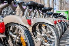 Parigi, Francia - 2 aprile 2009: Affitto pubblico della bicicletta della stazione di Velib a Parigi Velib ha il più alta penetraz Fotografie Stock