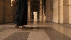 Parigi, Francia, aprile 2019 Angolo basso del movimento lento dei piedi della donna che camminano il museo del Louvre di aria ape archivi video