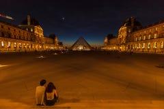 PARIGI, FRANCIA - 6 APRILE 2011: Disposizione dei posti a sedere delle coppie davanti al Lo Fotografie Stock